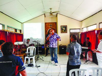 Andrew Chan leads worship inside Kerobokan prison