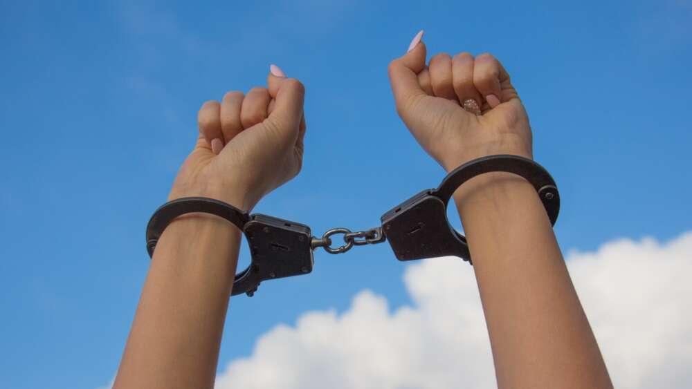 handcuff arms